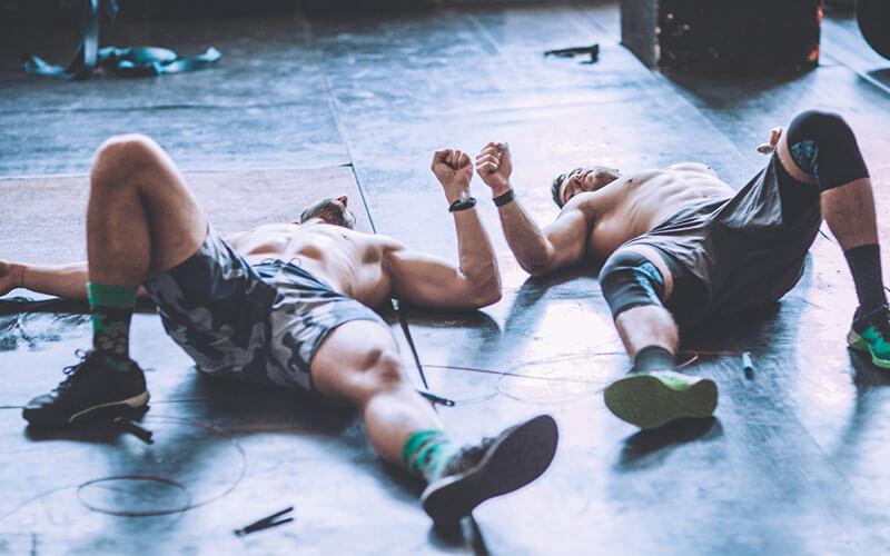 Männer ausgepower am Boden