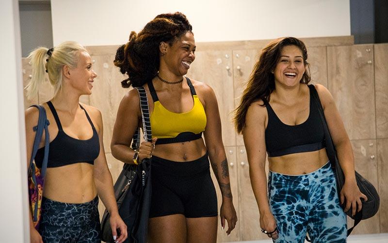 femmes à la salle de gym souriantes