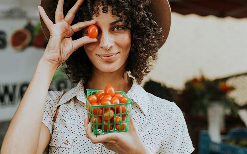 femme et tomates