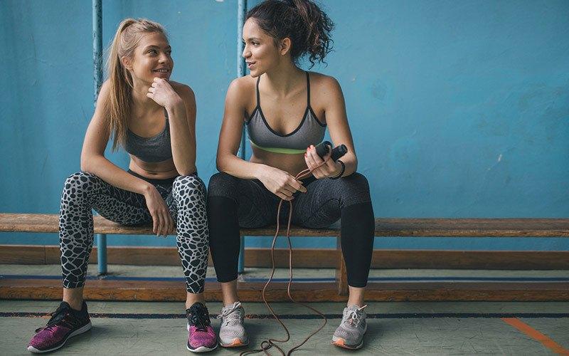 deux jeunes femmes discutant après l'entraînement