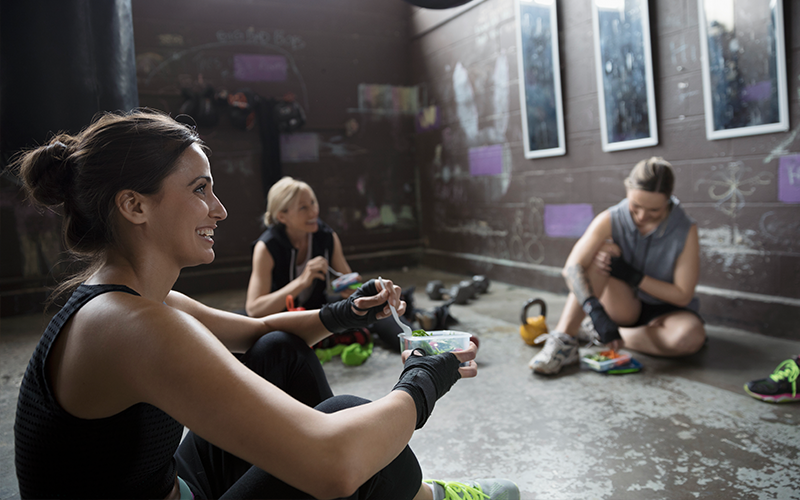 3 personnes mangeant après l'entraînement