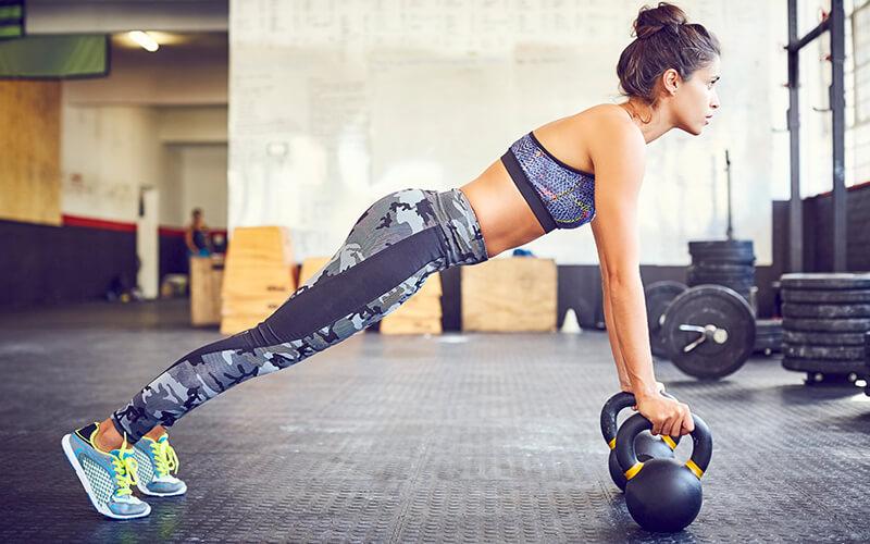 femme à la gym, kettlebell