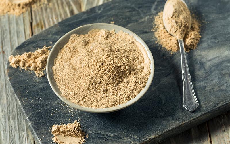 assiette remplie de poudre de maca