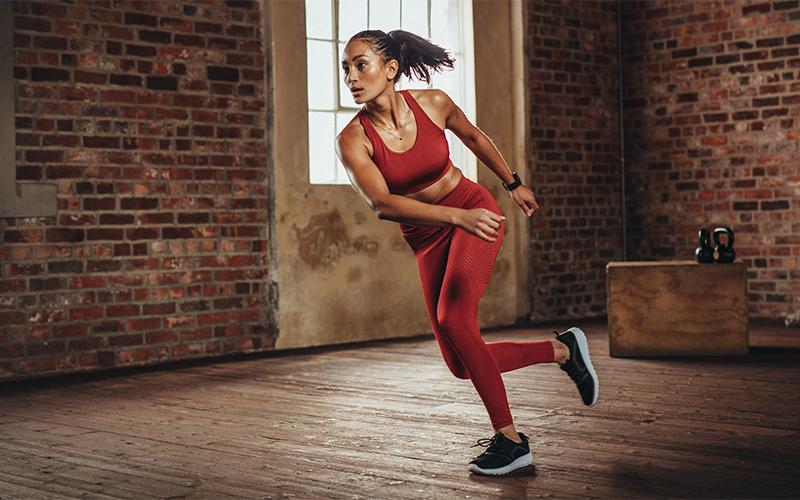 Femme faisant des skate jumps