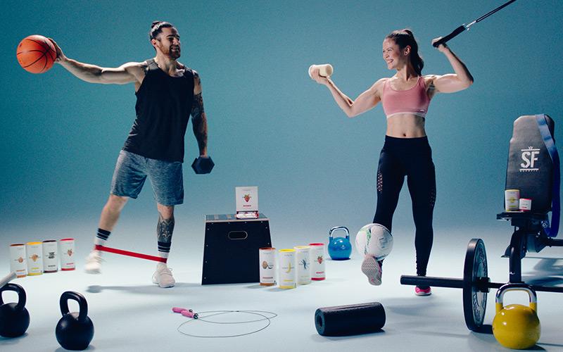 couple sportif avec matériel
