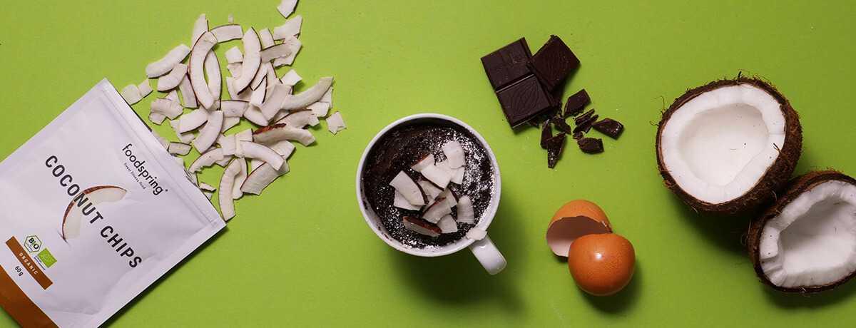 Pastel de chocolate y coco en taza