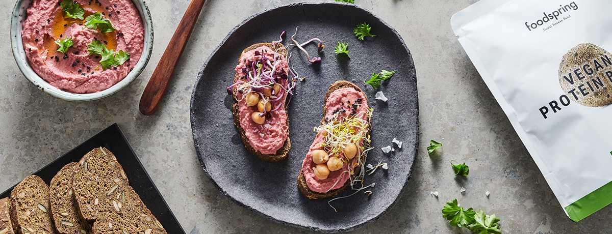 Veganes Proteinbrot mit Rote Bete Hummus