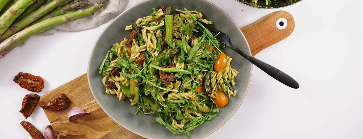 Pastasallad med sparris och pesto