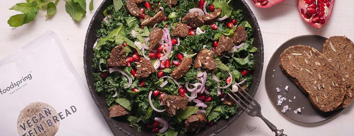 Wintersalat mit Grünkohl, Granatapfel & Croûtons