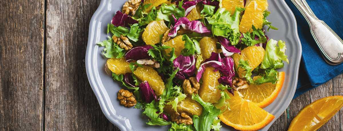 Salatmix mit Orange und Walnüssen