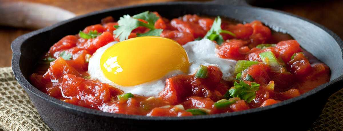 Savoury eggs in tomato sauce