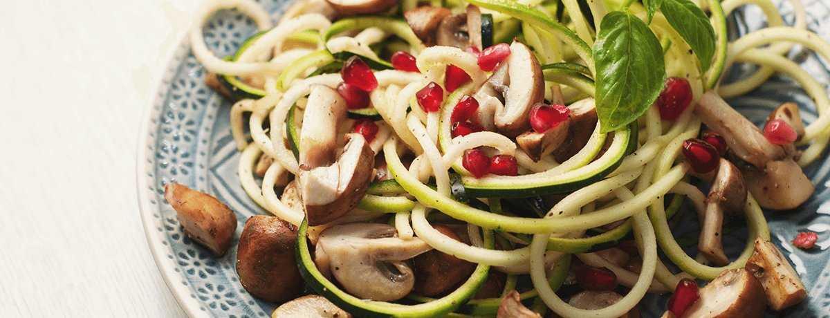 Spaghettis de courgettes aux champignons et aux graines de grenade