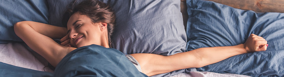 Une femme se réveille dans son lit