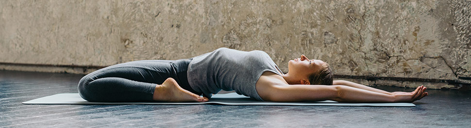 Frau beim Yoga / Stretching