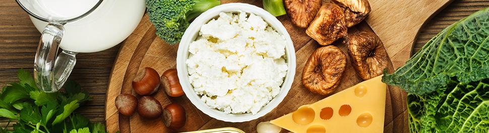 Produits laitiers, légumes et noix sur une planche