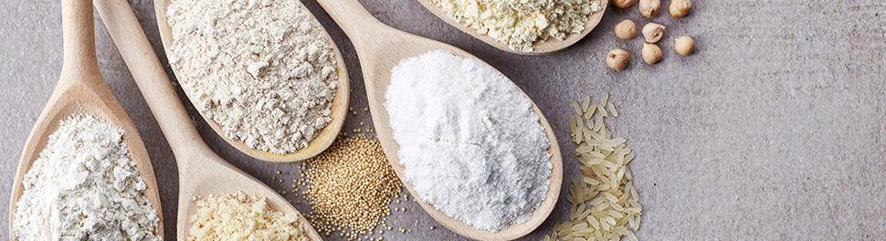 Verschiedene glutenfreie Mehlsorten auf Kochlöffeln