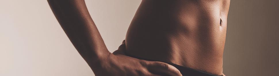 Trainierter und definierter Bauch einer Frau