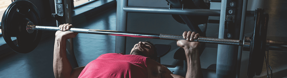 Hombre en bench press