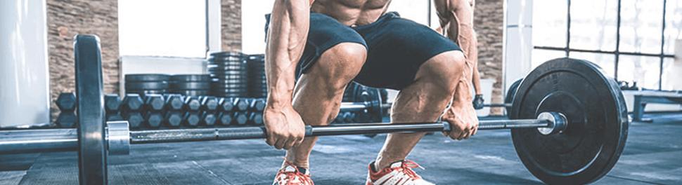 Muskulöser Mann im Sportstudio