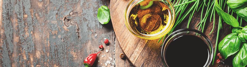 Petits bols avec de l'huile d'olive, des herbes aromatiques et des épices