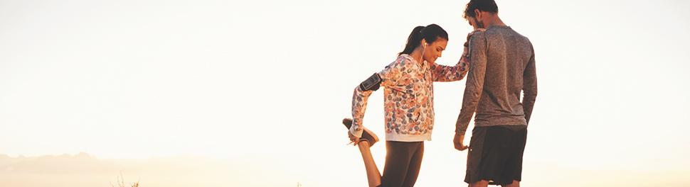 Una pareja con ropa de correr en un entorno natural