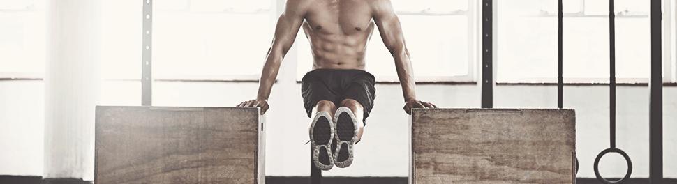 Ein Mann macht Dips im Fitnessstudio
