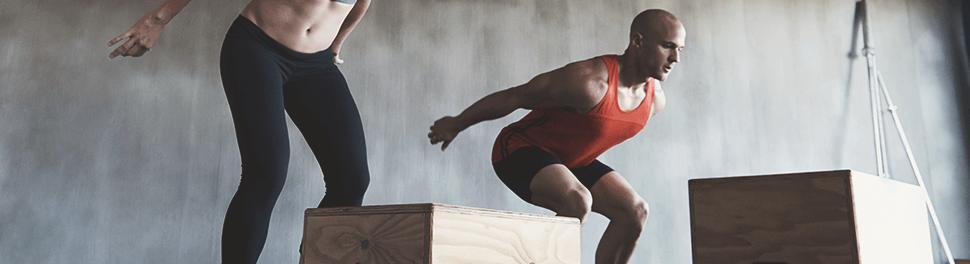 Zwei Athleten springen auf Boxen