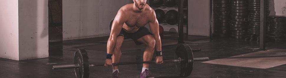 Muskulöser Mann führt Kreuzheben aus