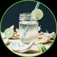 Acqua di cocco in bicchiere trasparente. Guarnita in modo appetitoso.