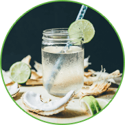 Agua de coco en un recipiente transparente con decoración apetitosa.