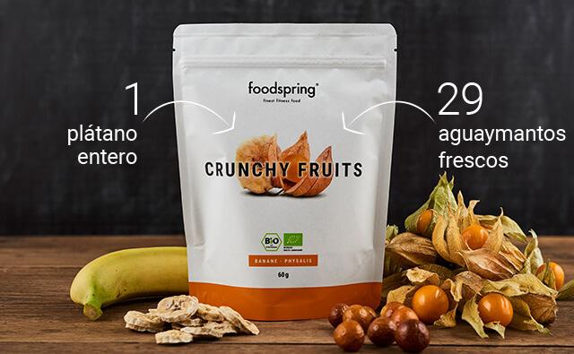 Envase de Crunchy Fruits con plátanos frescos y aguaymanto en primer plano