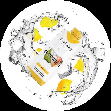 CocoWhey-förpackning omsluten av vatten och mangobitar