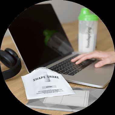 Shape Shake To Go Päckchen auf einem Schreibtisch